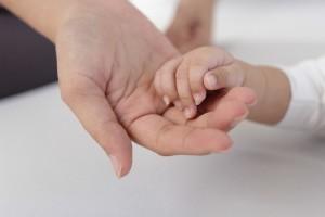 母と赤ちゃんの手
