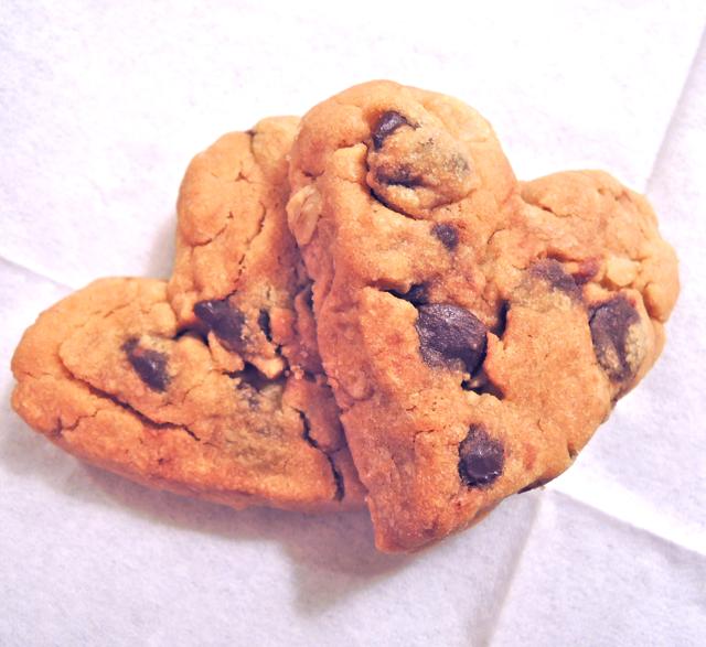 バレンタインにチョコチップ入り盛り沢山クッキー★超簡単で型なしハート!